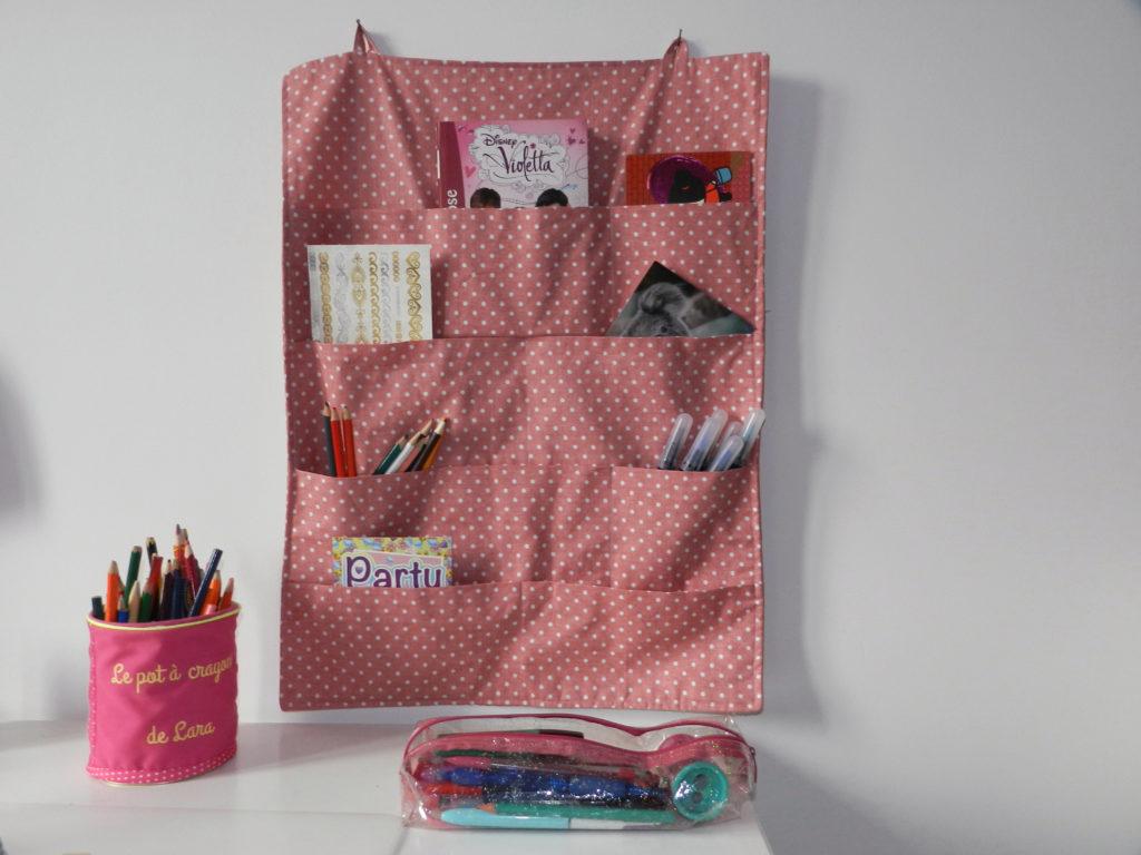 Cours de couture pour enfant d'un organisateur mural