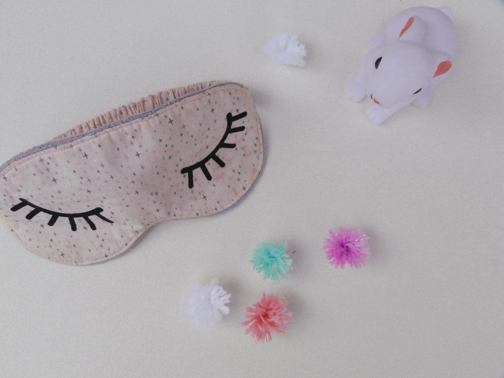 Cours de couture pour enfant d'un masque de nuit